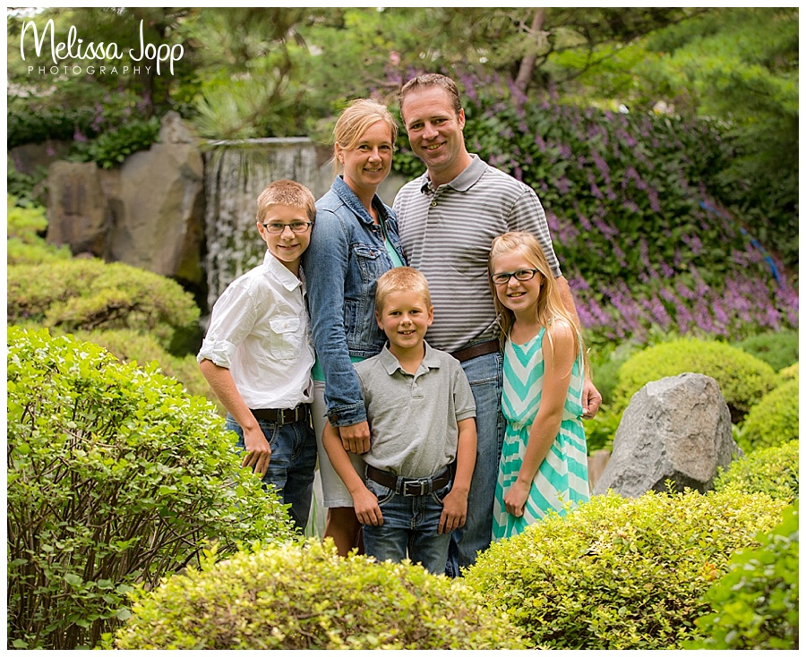 outdoor family pictures at mn landscape arboretum in chaska mn